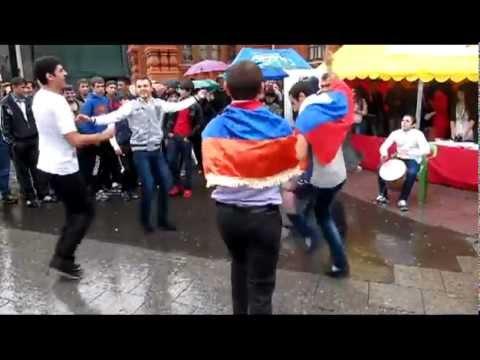 Армянские танцы на Площади Революции в Москве