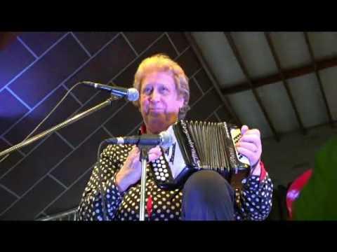 Michel PRUVOT CUBLAC avril 2017 et son petit accordéon avec la chorale de Cublac !