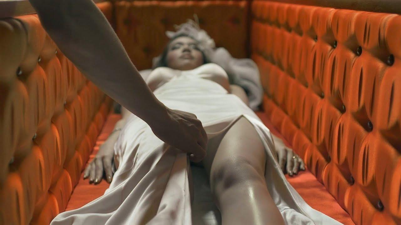 漂亮新娘被變態老公折磨致S,守屍小夥忍不住心動將新娘搬到床上照顧,下場淒慘!泰國恐怖片《鬼三驚》