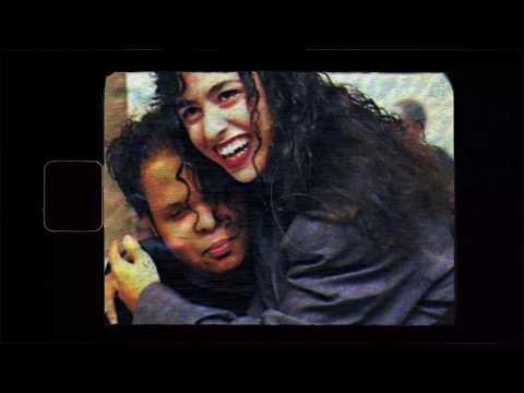 """Princípios (1989-1992) – Ao Vivo é a terceira e ultima parte do projeto Cinephonia. Ao todo serão 30 canções originalmente gravadas por Marisa Monte em vídeos VHS e DVD, inéditas em áudio streaming.   Ouça agora: https://smb.lnk.to/PrincipiosAoVivo Descubra: https://www.cinephonia.com.br  """"Conheci o Ed Motta, em 1987, quando ele tinha 16 anos e eu 19. Éramos ambos do Rio, fazíamos nossas primeiras apresentações por aí, tínhamos alguns amigos músicos em comum e logo nos aproximamos. Antes mesmo do nosso primeiro disco, fomos convidados para fazer um show com a sua banda, Conexão Japeri, no Clube Aeroanta em São Paulo. Daquela temporada, entre mil firulas vocais, me lembro do hotel na Avenida Ipiranga, no centro de Sampa, dos jantares depois do show sempre mesas grandes com a banda toda e do repertório repleto de sucessos nacionais e internacionais da black music que já era nossa paixão em comum. Quando fui convidada gravar meu primeiro registro audiovisual, um especial para a TV Manchete filmado em película e dirigido pelo Nelson Motta e pelo Walter Salles, em outubro de 1988, ele naturalmente estava entre meus convidados. E para aquela gravação nós escolhemos ´These are The Songs´, uma canção do Tim Maia, que havia sido gravada no terceiro álbum do mestre da soul music brasileira, """"Tim Maia"""" de 1972, em dueto com a Elis Regina. Por algum motivo essa canção ficou fora do meu primeiro álbum, mas faz parte do registro audiovisual em home video e agora, 32 anos depois, finalmente está disponível em áudio.  O DVD Mais é o registro da minha segunda tour, consequência do meu segundo álbum, lançado em 1991. Viajamos pelo Brasil inteiro e atracamos no Rio de Janeiro para gravar no Imperator, em 92. A filmagem foi dirigida por Arthur Fontes e Lula Buarque, que vinham acompanhando meus passos e registrando tudo em película desde o ano anterior. O show ao vivo tinha uma banda poderosa com destaque para o Gigante Brasil na bateria e os incríveis Tche e Bukassa nos backing vocais"""