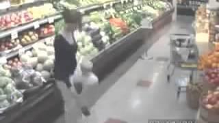 Repeat youtube video 마트에서 심심했던 아줌마 CCTV에 찍힌 충격적 장면
