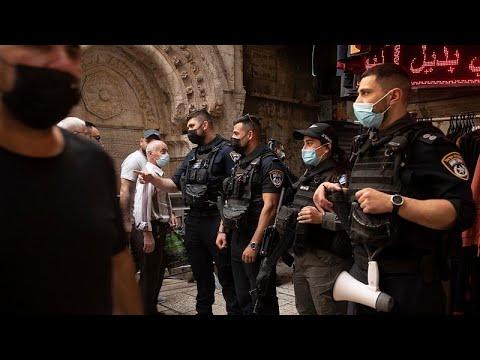 فيديو: قنابل الصوت وخراطيم المياه الإسرائيلية في مواجهة المصلّين قرب باب العامود في القدس…  - 11:58-2021 / 4 / 18