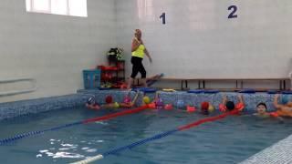 Илья на уроке плавания в бассейне.
