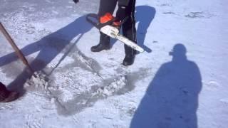 Резка льда бензопилой