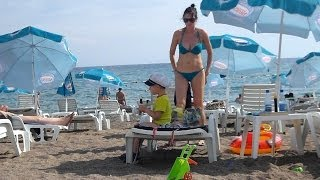 Девушки на пляже в Черногории
