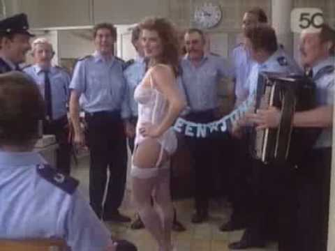 Veerle Eyckermans doet striptease bij de flikken