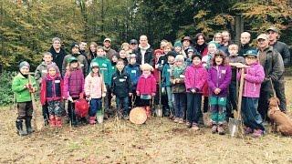 Tobi Werner mit KidsClub beim Christbaum pflanzen