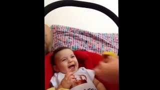 Comer manga nunca foi tão divertido! Como ri esta menina! Linda de mamãe! :)