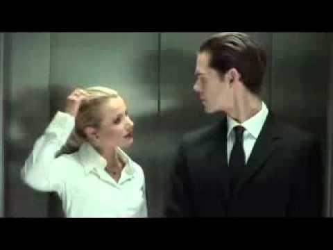 Frau und Mann machens im Fahrstuhl..