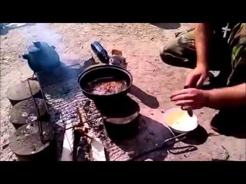 Украинские солдаты едят