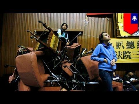 台湾の国会を学生が占拠!中国との協定に喝