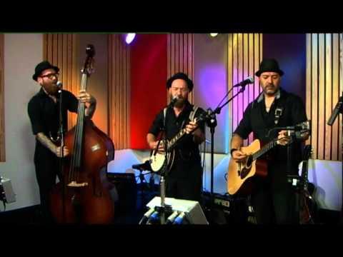 Small Time Crooks speelt Corn Liquor van Hayseed Dixie live bij Debby en haar Mannen