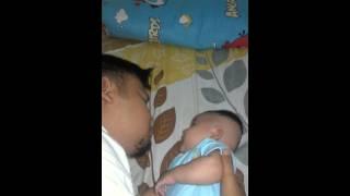 Download Video Bayi lucu marah di cium ayahnya MP3 3GP MP4