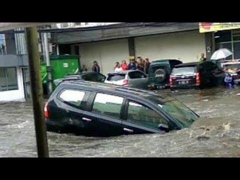 Detik detik banjir Bumiayu...NGERIII...!!! (MOBIL TERBAWA ARUS)