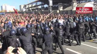 Bologna, scontri in piazza: due fermati tra gli antagonisti. Il video su uno degli attivisti bloccat