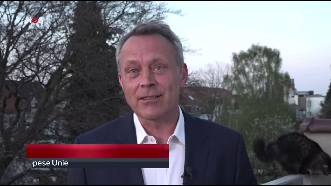 """Kat van Sander van Hoorn """"flikkert"""" live tijdens NOS Journaal een kopje om op zijn balkon."""