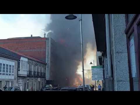 Espectacular incendio en un edificio de Silleda