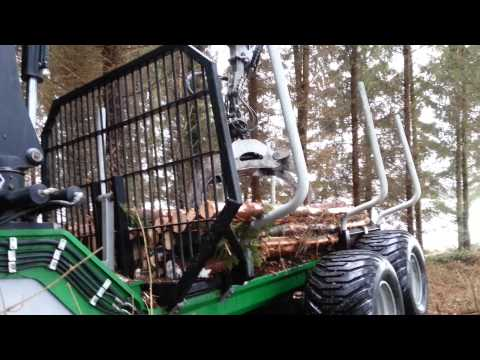 valtra i skogen med tømmerhenger