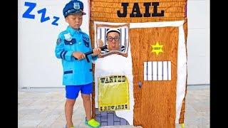 سينيا تلعب دور شرطي فيديو للأطفال