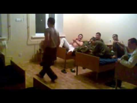 Смотреть Дагестанец в армии танцует лезгинку mp4 онлайн