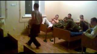 Дагестанец в армии танцует лезгинку mp4