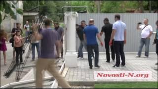 """Видео """"Новости-N"""":  В Николаеве ломали забор депутата Апанасенко"""