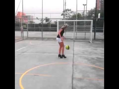 Une fille joue au foot avec des talons youtube - Fille joue au foot ...