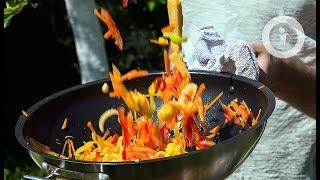 Вок с овощами и креветками