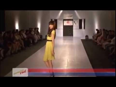 Bộ sưu tập đầm công sở của thương hiệu thời trang VESSE trên sàn diễn thời trang phong cách trẻ.