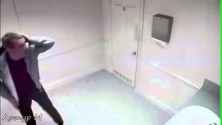 Прикол над людьми в барном туалете