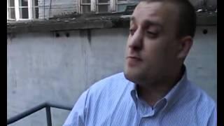 Угарно рассказывает анекдот)))