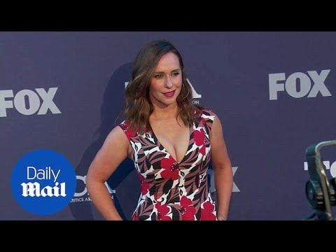 Floral beauty! Jennifer Love Hewitt stuns at Fox TCA bash thumbnail