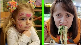 CE a mancat MAMA? Mancam in RESTAURANT si DESENAM pe FATA | Anabella Show