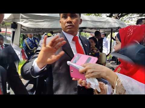 Presiden Joko Widodo Nyetir, Berhenti, dan Dikerubuni Masyarakat untuk Berfoto Selfie
