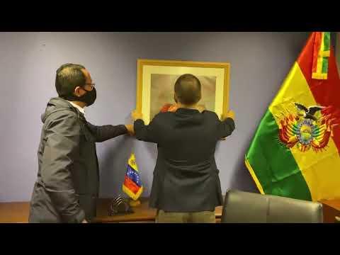 ¡Venezuela retoma embajada en Bolivia! Quitan cuadro de Guaidó y ponen el de Bolívar