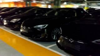Tesla Model S de UBER aparcados en el Parking de Avenida América en Madrid