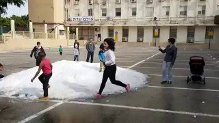 Snow in Israel. Дети играют в снежки в Израиле.