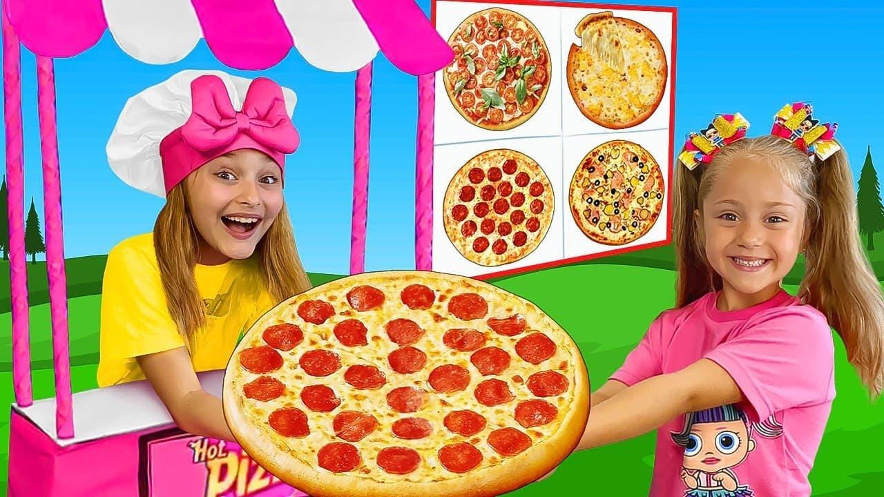 サーシャとアニタはおもちゃのピザ屋で働くふりをします