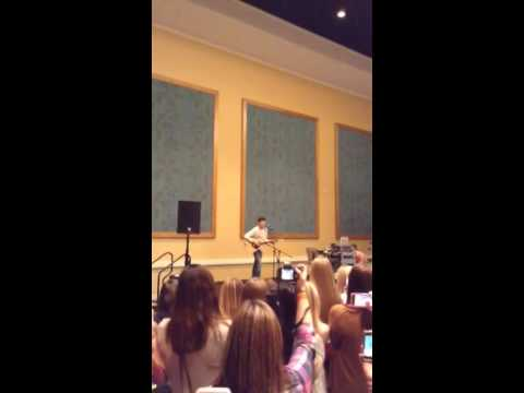 Shawn Mendes singing Sweater Weather @Magcon Orlando 12/