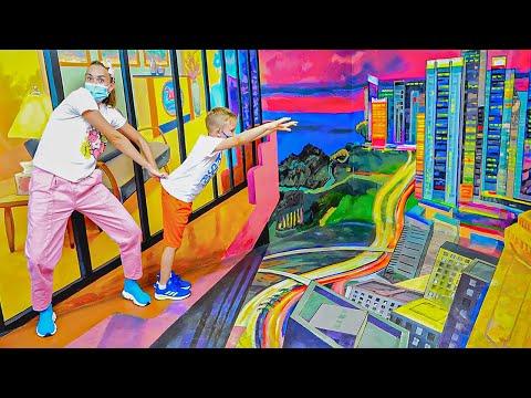 Vlad và Niki chơi đùa và vui vẻ trong bảo tàng ảo ảnh
