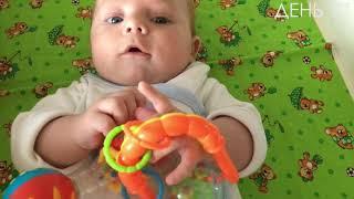В які іграшки грає 3 х місячний малюк.