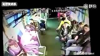 ภาพความรุนเเรงในรถ นาทีระทึกรถบัสประสานงากับรถบรรทุก ที่จีน