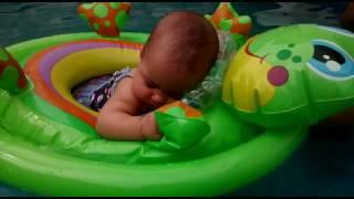 Bebê Dorme Na Bóia