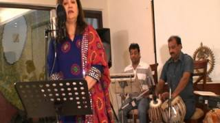live performance of song hai isi mein pyar ki aabroo sung by aruna jaiswal
