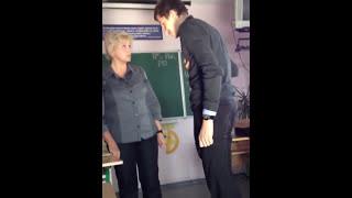 Школьник <b>лапает</b> и целует <b>учительницу</b>