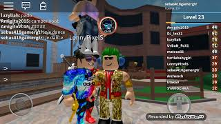 there is a killer in roblox 😱 (murder mystery play)