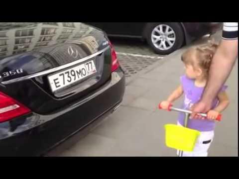 une mignonne petite fille russe de deux ans conna t toutes les marques de voitures youtube. Black Bedroom Furniture Sets. Home Design Ideas