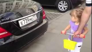 Une mignonne petite fille russe de deux ans, connaît toutes les marques de voitures(, 2015-03-17T03:01:38.000Z)