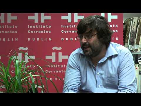 Miguel Aguilar en la biblioteca del Instituto Cervantes de Dublín
