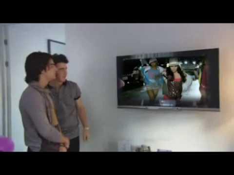 Joe and Kevin Jonas watch Sneakernight  Vanessa Hudgens on TV!
